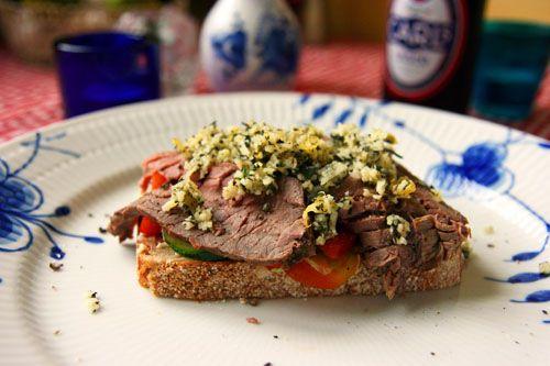 Et stykke med Roastbeef, Gremolata, Rød peberfrugt og salat