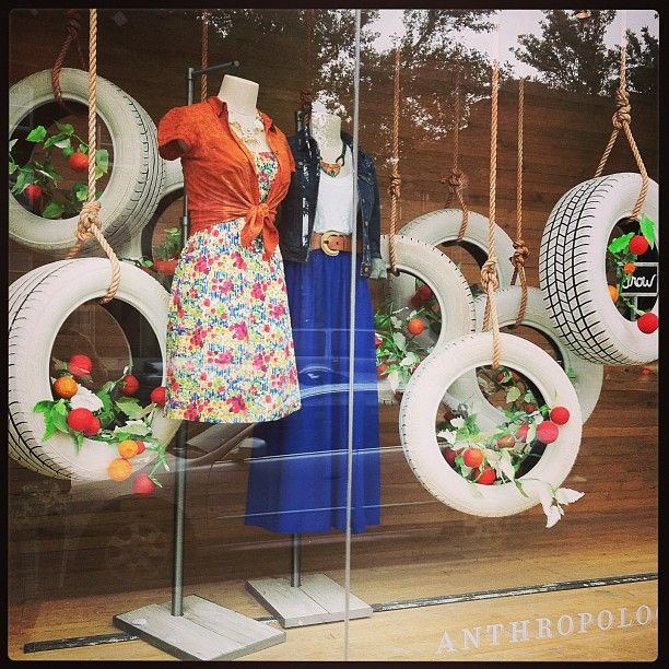 (A través de CASA REINAL) >>>> anthropologie window...it's not the outfits that I love...it's the tire planters                                                                                                                                                     Más