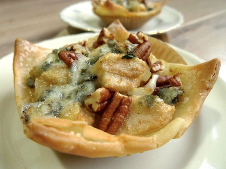Heerlijke bladerdeeghapjes met peer, noten en blauwe kaas. En je kunt ze net zo makkelijk glutenvrij maken.  | http://degezondekok.nl