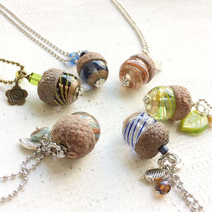 Collana lunga Mix Acorn| Collana lunga con ciondolo ghianda in vetro e charms|Idea regalo|Pezzo unico : Collane di paperart-roma