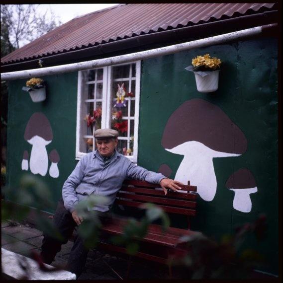 """Fotografie zostały wykonane w Rodzinnym Ogrodzie Działkowym przy ul. Francesco Nullo w Krakowie przez Aleksandra Duraja w ramach projektu """"Dzieło-działka"""", realizowanego przez Muzeum Etnograficzne im. Seweryna Udzieli w Krakowie w latach 2009-2010."""