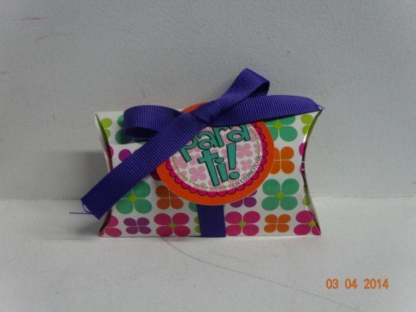 Estuche almohada con chocolates y cintas de colores. #EstuchesPersonalizadosCali #EstuchesDeChocolatesPereira