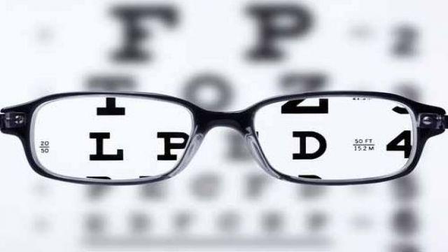 Hazır yakın gözlüğü kullanmak zararlı mı? Fiyat etiketi okuma, menüye bakma, kısaca cep telefonuna bakma gibi aktivitelerde hazır yakın gözlüğü kullanabilirsiniz. Ama uzun okumalar için göz doktorunuzun tespit ettiği SİZE TAM UYGUN yakın gözlüğünü kullanmalısınız.