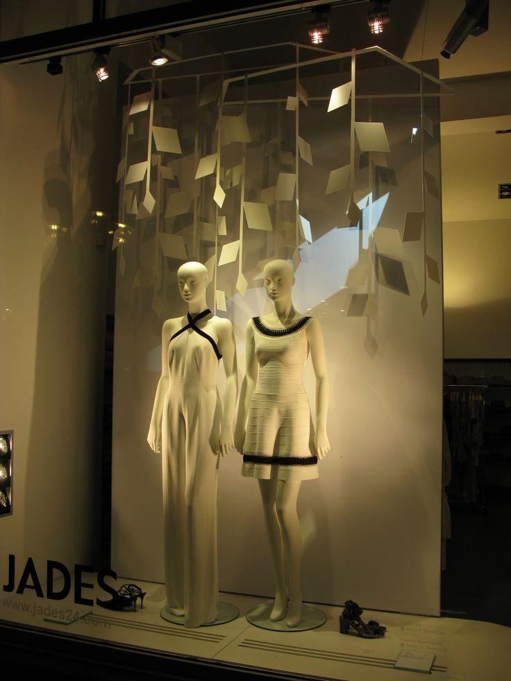 Täysvalkoinen tulee! Tässä pienellä mustalla aksentilla. Yritys Jades  euroshop. euroshop 2017. window display. fashion. visual merchandise. shop desing.