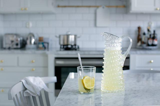 Ingefärsshot Ingredienser 1 liter 200 g färsk ingefära 1 l vatten ½ dl honung 2 st citroner Riv ingefäran grovt med skalet på och lägg den i vattnet. Värm upp i 20 minuter. Koka ej då detta gör att delar av allt det nyttiga försvinner. Sila av ingefäran och blanda i honungen medan det fortfarande är ljummet. Låt svalna och pressa sedan i citronerna. Sila och häll upp. (Jag shotar dock inte detta utan klunkar glatt i mig ett par dl åt gången:)