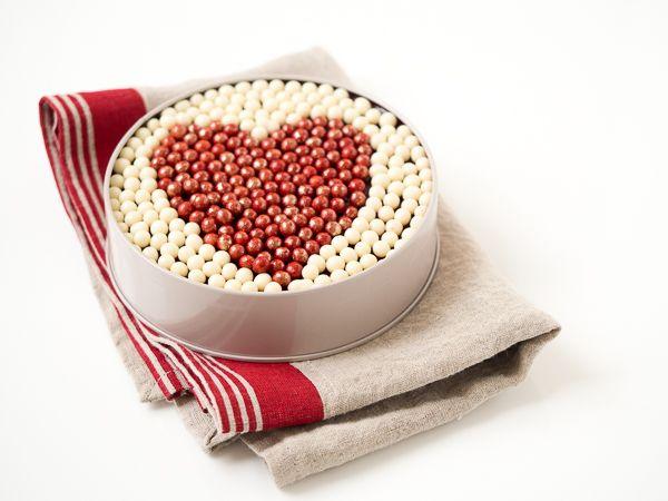 Le cake «Bisous de poche», dans sa belle boîte métallique, est le mariage d'un biscuit moelleux aux amandes et aux framboises, caressé d'une compotée de framboises. Ses billes croustillantes rouge baiser et blanc tendresse forment un simple coeur rempli d'attention. #cake #NicolasBernardé #cake #gourmand #gourmet #teatime #Frenchpastry #cakissime #framboise #raspberry
