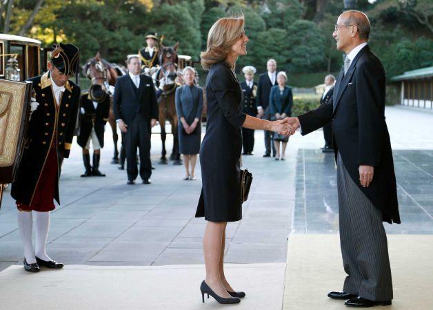 caroline kennedy ambassador to japan | New U.S. Ambassador to Japan Caroline Kennedy shakes hands with grand ...