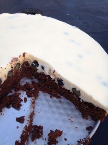 Der skulle fikses bil igen. Og det koster jo kage. Denne gang bliver det en brownie bund med hvidchokolademousse med blåbær i. Ingredienser:...