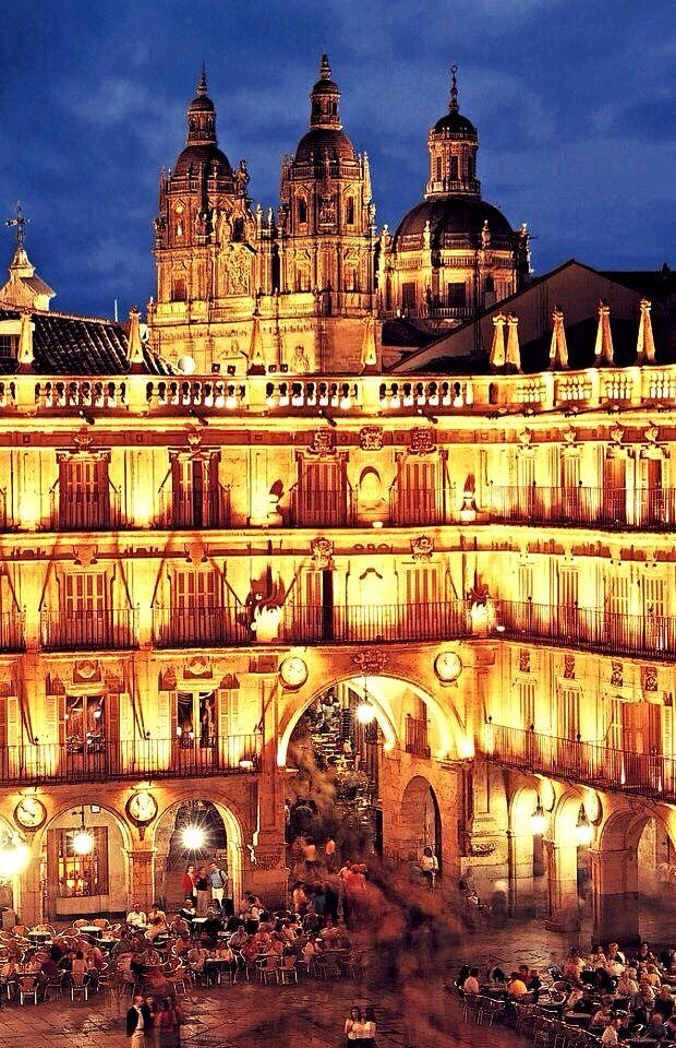 La universidad de Salamanca tenía un edificio con arquitectura muy famosa. El estilo de este edificio es plateresco similar de el estilo de 'Renaissance.'