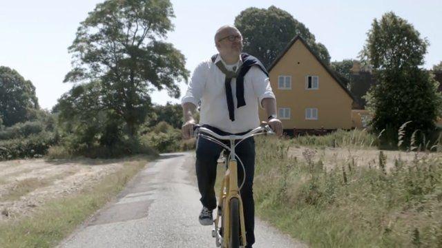 Cykling fik han ind med modermælken, da han voksede op på landet i Nordsjælland. Nu bor den tidligere politiker, skuespiller og nuværende direktør for Danmarks Cyklistforbund i Odsherred og håber, at han kan være med til at forbedre kommunens cykelstatistik.