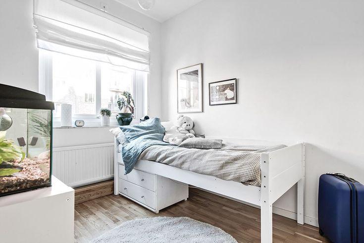 Ett av de mindre sovrummen med plats för säng, skrivbord samt två garderober. Vidblicksgatan 3 - Bjurfors