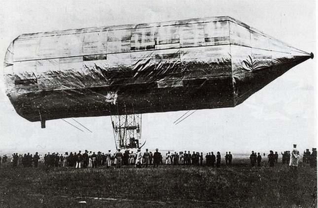 1897. A keszthelyi Schwarz Dávid technikus a merev szerkezetű, kormányozható léghajó feltalálója. Találmányát halála után az özvegyétől vásárolta meg Zeppelin gróf, aki e léghajók révén vált világszerte ismertté.