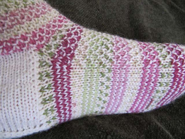 Kuunliljapihan silmukat: Broken Seed Stitch