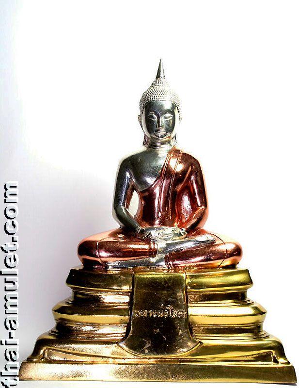 Phra Phutta Sothon (Luang Pho Sothon) Nuea Sam Kasat Ruun Porn Luang Pho Thai Buddha Statue (Phra Bucha) aus dem Wat Sothon Wararam Wora Viharn (auch Wat Sothon oder Wat Phra Phutta Sothon genannt), Chachchoengsao, Thailand, aus dem Jahr BE 2551 (2008). Es handelt sich um eine nummerierte Kleinserie von nur 2551 Stück. Die Statue wurde von 72 Mönchen vom 24.08.2008 bis zum 26.08.2008 im Wat Sothon geweiht.