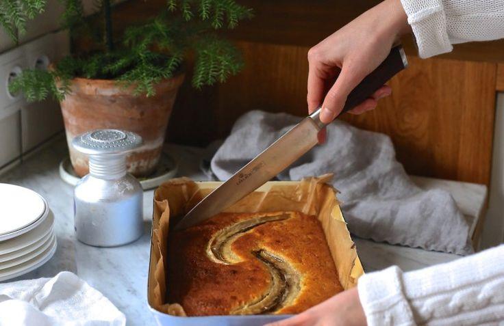 <p>Skład: (dowolna forma, np. tortownica o średnicy 26-29 cm) 180 g mąki 3 jajka 2 łyżki mleka 100 g brązowego cukru ( ja zamieniłam na ksylitol) 2 tabliczki białej czekolady 60 g wiórków kokosowych 1 laska wanilii (opcjonalnie) 100 g masła 2 duże, dojrzałe banany   1 banan do dekoracji 1 łyżeczka proszku do pieczenia […]</p>