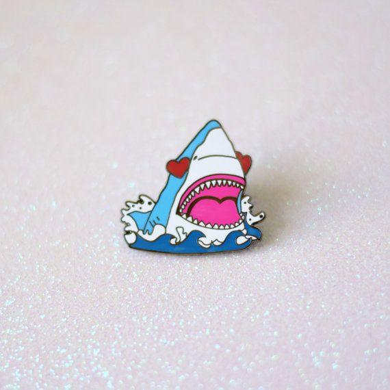 Requin émail broche, coeur yeux requin, amour suce broche, bijoux de requin, Emoji bijoux, cadeau de requin