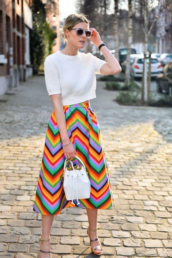 25c9d21265 Rainbow Fever! Cropped branco, saia com listras coloridas, sandália  metalizada com tiras
