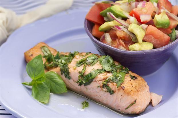 Salmón a la plancha con ensalada de palta y tomates - revistamaru.com  ----- PROBAR LA ENSALADA