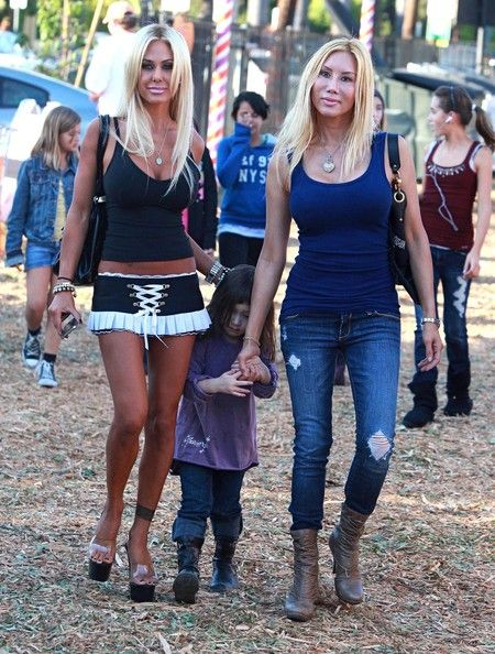 Isabella Lamas Photos - Actress Shauna Sand and her 3 daughters Alexandra, Victoria and Isabella Lamas getting pumpkins at the Mr. Bones pumpkin patch in West Hollywood, CA. - Shauna Sand at Mr. Bones Pumpkin Patch