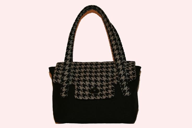Eine mittelgroße Tasche im Kelly-Stil, mein persönlicher Favorit! Die Tasche hat genug Platz für den täglichen Alltag. Eine kleine Flasche Wasser, Gel