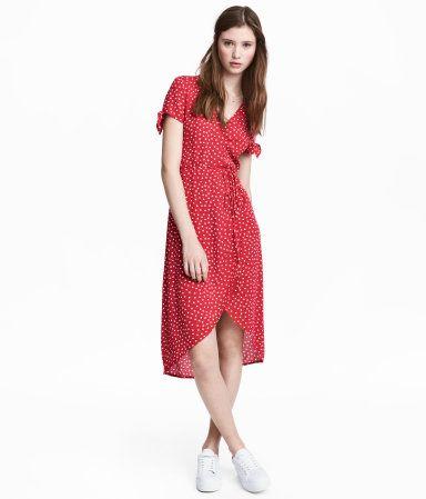 HM V-aukkoinen mekko kreppikangasta. Lyhyiden hihojen suissa solmusomisteet. Kietaisumallinen etukappale, jossa vyötärölle solmittava nauha.