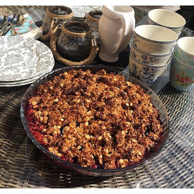 Bjöd på en sockerfri mejeri- & glutenfri smulpaj till familjen idag med recept från @emmabarremyr 👌🏼☺️ fantastiskt god och enkel! Följde temat hela vägen och använde #propud vanilj istället för vaniljsås. Hett tips! 📌 1 liter hallon & blåbär 4dl havregryn 20 dadlar 6 msk kokosolja 1 tsk vaniljpulver #bakasockerfritt#fika#smulpaj#hälsa#mågott#familj#livet MyRecipe paj