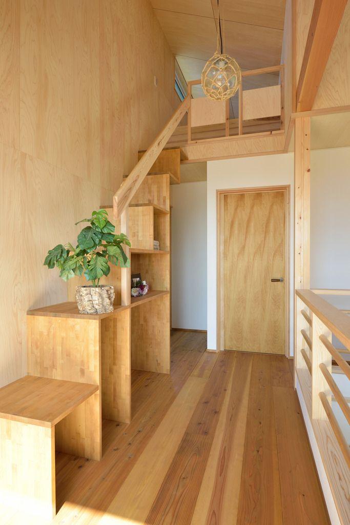 小屋裏へ上がる階段は飾り棚になっています。壁面は「東濃ひのき合板」。美しい木目が特徴です。