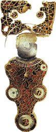 Fibula van Wijnaldum uit de zevende eeuw; de afbeelding op de kopplaat betreft de god Odin/Wodan, geflankeerd door twee wolven of beren