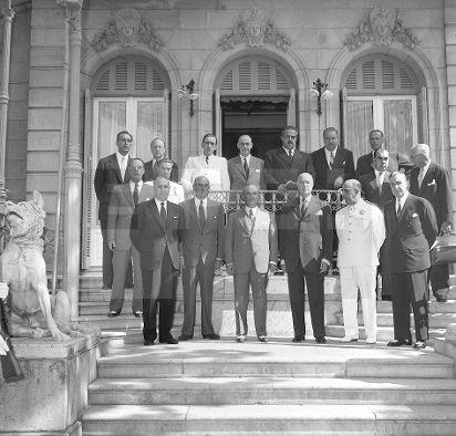 CONSEJO MINISTROS: San Sebastián, 18 de agosto de 1955.- El Jefe de Estado, Francisco Franco, con los miembros del Gobie ...lafototeca.com