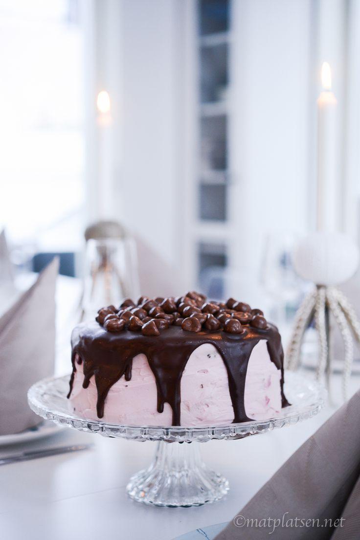 Hej hej I dag bjuder jag inte på just denna tårta men det är min absoluta favorit. Bjöd tjejerna på den när jag hade grannfruarna över för tisdagsmys häromveckan och får många förfrågningar om den så jag lyfter fram receptet här igen: Very cherry chocolate cake Bottnar 2 ägg 2½ dl starkt…