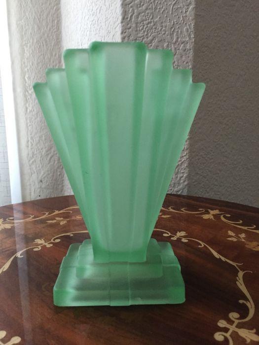 Vintage Art Deco vaas    15cm hoog    Gemaakt van groene matglas in een mooie typische Art Deco vorm.    voorwaarde: er is een kleine chip op een van de zijden.    post kan ook pack en het verstrekken van tracking met referentienummer.    zie de foto.