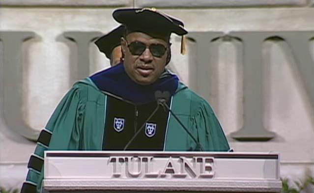 ミュージシャンのStevie Wonder(スティーヴィー・ワンダー)氏がルイジアナ州のテュレーン大学の卒業式に登壇。卒業生たちに向けて、「テン・ビリオン・ハーツ(100億の心)」という歌の歌詞を朗読しました。戦争のない平和な世界を実現するために、若者たちに希望の言葉を投げかけています。