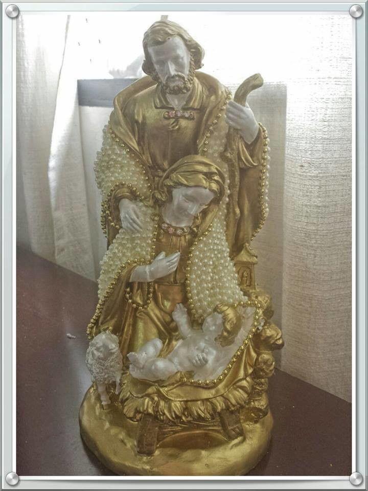 Sagrada Fam�lia de gesso, revestido em p�rolas, com 26 cm de altura.