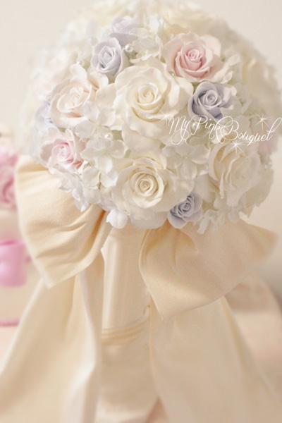 018//ホワイトローズのラウンドブーケ//花嫁さまからのリクエストで、タフタ生地の大きなおリボンをブーケ正面にお付けしています。