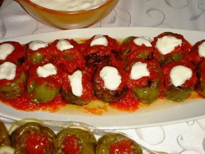 Kızarmış dolmalık biber içinde kabak-patlıcan kızartması domates sos ve yoğurt ile