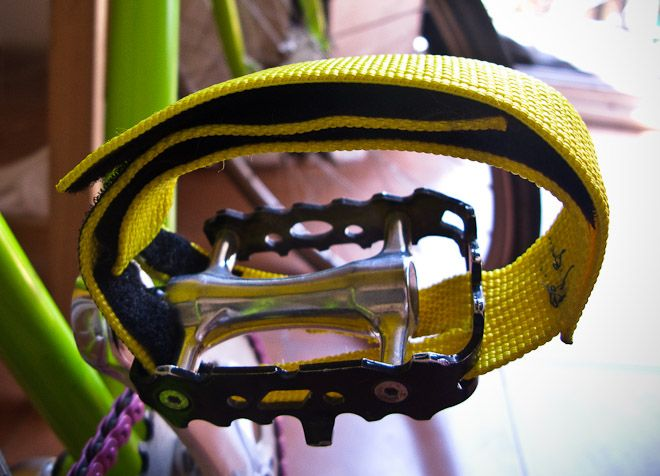DIY bike toe straps with tutorial.  This is the best tutorial for what my new bike needs!