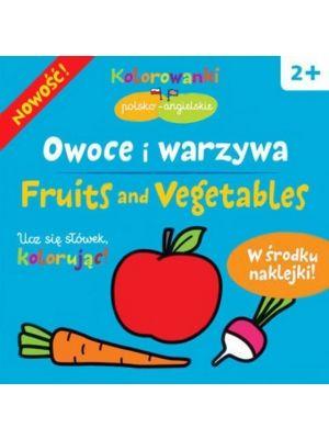 Książeczka podczas zabawy i kolorowania uczy dziecko przyswajać pisownie aż 20 polskich i 20 angielskich wyrazów. W słowniczku dziecko dopasowuje flagi do wyrazów oraz umieszcza naklejki, które mają odwzorować znaczenie zapisanych obok siebie polskich i angielskich słów.