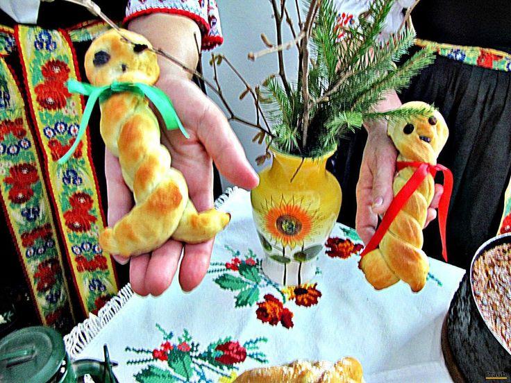 Zo zvyškov cesta upiekli gazdinky takéto bábiky, deti ich našli ako darčeky pod stromčekom. Ktovie, čo by na takýto darček povedali dnes.