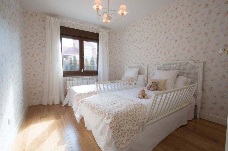 Dormitorio infantil : Classic style nursery/kids room by Canexel
