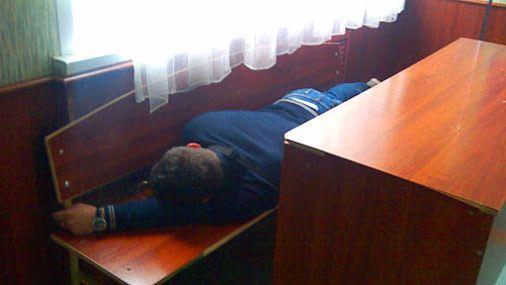 ДОБРОЕ УТРО #СтарыйОскол. Сфоткали студента пока он спит. Устал бедняжка ;-)