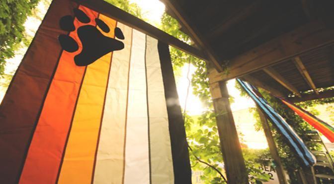 La bandera de la hermandad osuna (International Bear Brotherhood Flag) fue creada en 1995 de la mano de Craig Byrnes quien tuvo la idea originaria del proyecto y con la asistencia del diseñador Paul Witzkoske.