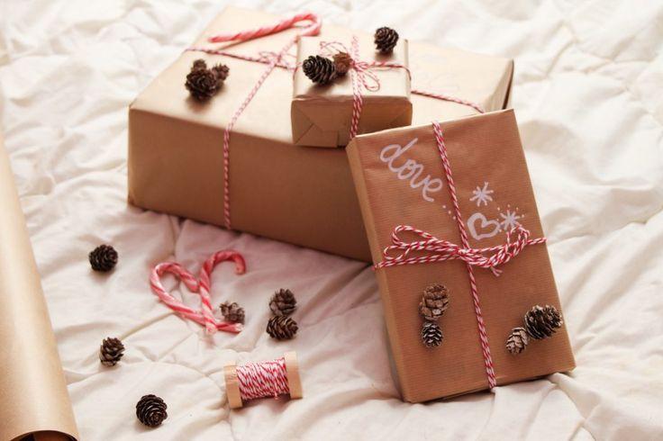 Dimanche 18 décembre : Les fêtes de Noël approchent à grands pas et trouver un cadeau qui fera plaisir c'est bien, mais l'emballer de façon originale c'est encore mieux !  La team Comme LM vous a déniché un DIY spécial paquet cadeau pour faire la différence sous le sapin.  http://fiveofdecember.com/diy-paquets-cadeau-de-noel