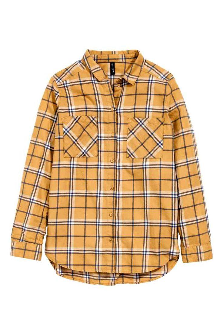 フランネルシャツ: CONSCIOUS。オーガニックコットンを使用したフランネル素材のシャツ。チェック柄。胸ポケットが左右に施されています。裾はゆるやかなラウンドカットで、バックのほうが少し長めになったスタイル。