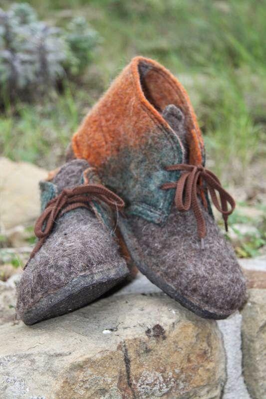Continua la collaborazioni con Anna Lucina Piergiacomi, calzature artigianali d'eccezione prodotte con feltri a mano.                      ...