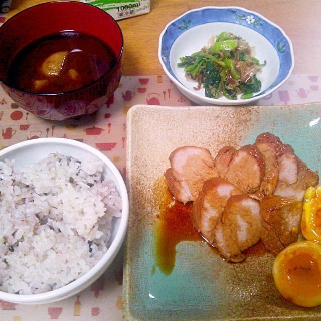 旅行中はかなり食べまくってしまったので太ったかも…また今日から頑張るぞー - 11件のもぐもぐ - 9月2日 焼豚 小松菜のおひたし じゃがいものお味噌汁 by いもこ。