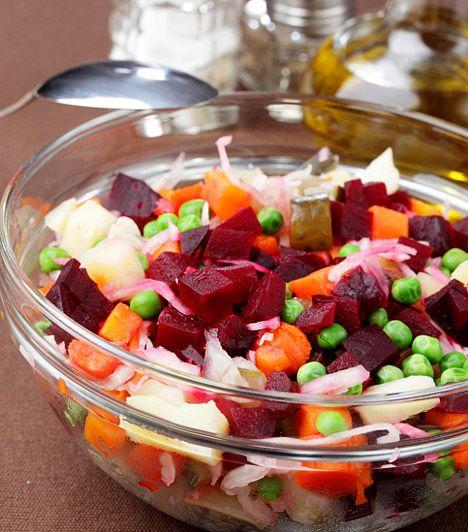 Céklasaláta  A cékla nemcsak az immunrendszeredet erősíti, de kiváló vasforrás is, magas rosttartalmának köszönhetően pedig alaposan átmossa az emésztőrendszeredet. Mivel sok káliumot tartalmaz, vízhajtóként és méregtelenítő zöldségként sem elhanyagolható a szerepe. Eheted húsok mellé köretként, de, ha fogyókúrázol, egy céklasaláta önálló fogásként is megállja a helyét.  Kapcsolódó cikk: Ezzel a 4 zöldséggel fogyhatsz a leggyorsabban »