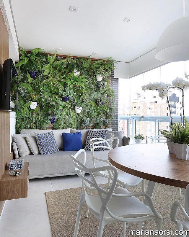 Com uma varanda dessas não dá nem vontade de sair de casa. Amamos essa parede verde vocês também? {foto @marianaorsifotografia | projeto @melbanadaisaidar} . . #cdavarandas #paredeverde #varanda #blogcasadasamigas