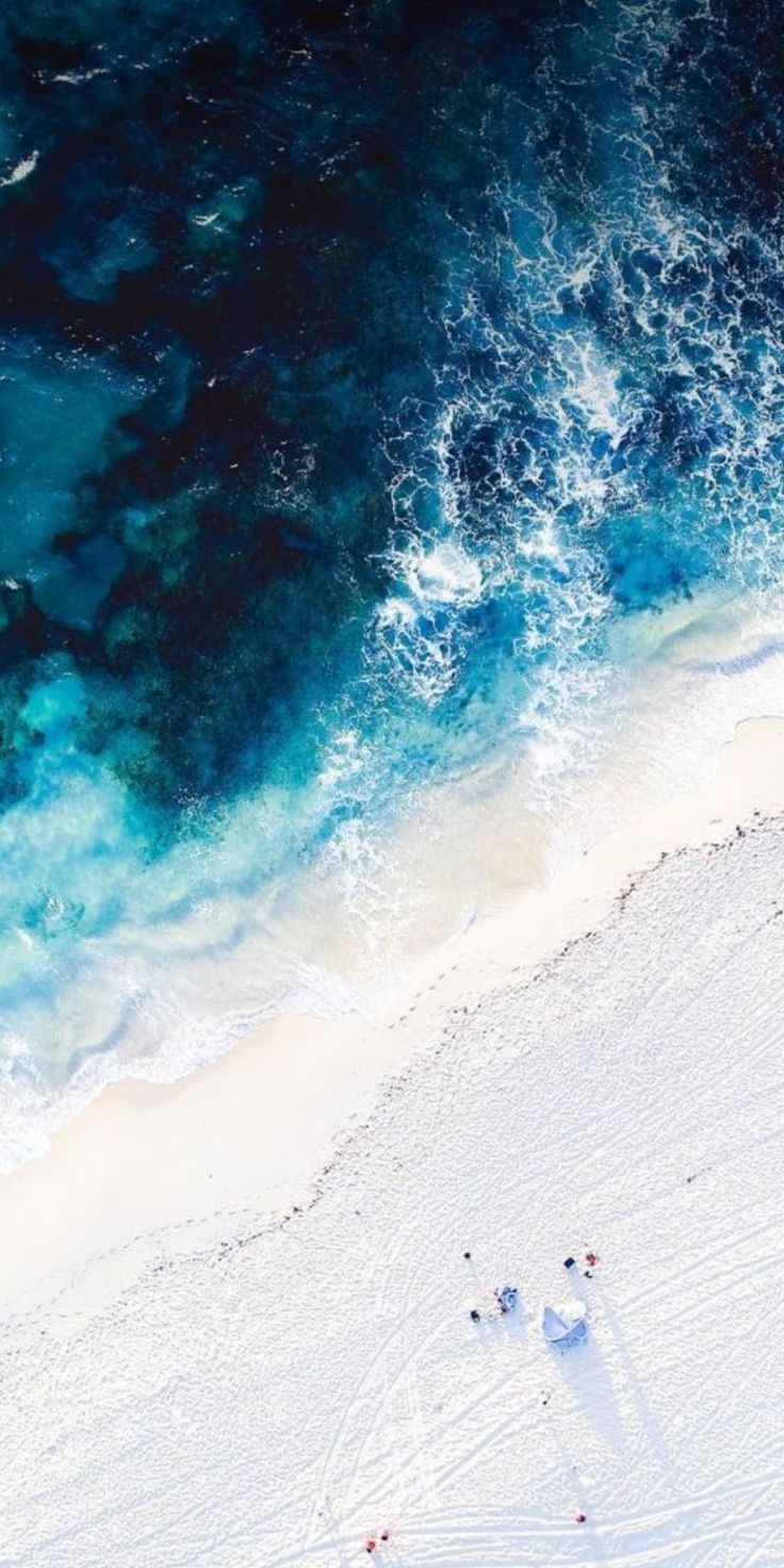 Luftbrummenbild des weißen Sandstrandes