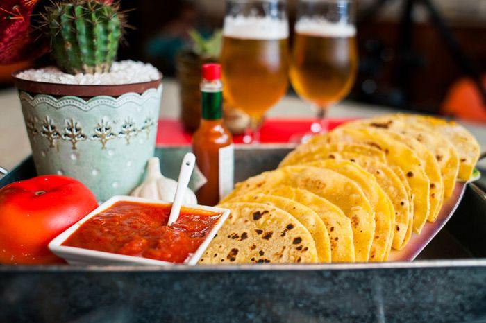 A receita de hoje é um petisco gostoso e um pouco diferente: Quesadillas! Costumo comer esse prato nos restaurantes mexicanos e AMO, ele é perfeito para ser servido com cerveja ou uma belíssima Margarita! É fácil de fazer e ótimo para ser servido entre amigos, dá pra comer com a mão sem fazer muita sujeira. Nossa versão é a mais...
