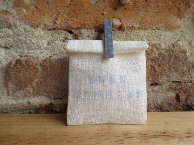 Pochon dragées en lin ivoire, ballotin, sachet, pochette avec pince à linge et inscription bleues : Autres bébé par les-voilages-de-caroline